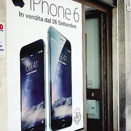 Arriva a Lecco l'iPhone 6  Un cinese il primo cliente