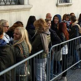 Delirio per Mika al Teatro Sociale. Fans in coda dall'alba, tanti  rimasti senza biglietto  (guarda il video)
