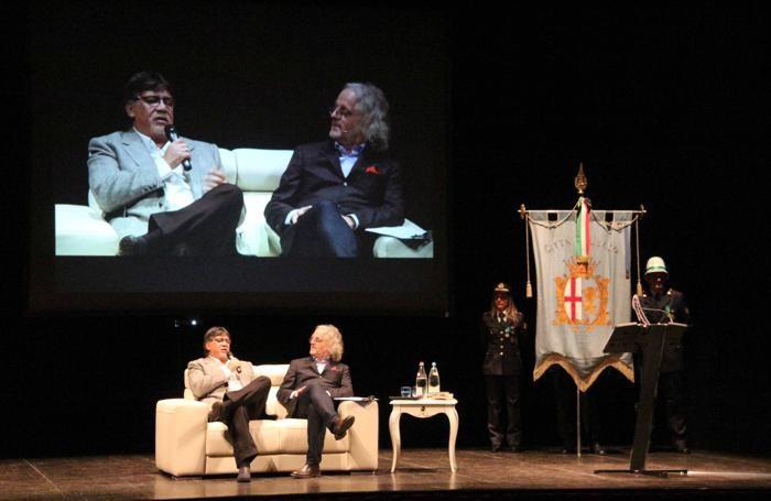 Luis Sepulveda con Vittorio Colombo sul palco del Teatro della Società