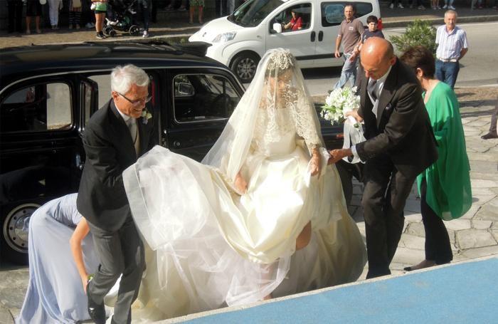 La sposa con l'abito dello stilista lecchese Antonio Riva