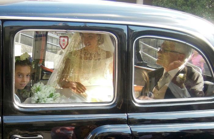 Gemma Giussani arriva su un vecchio taxi con il papà