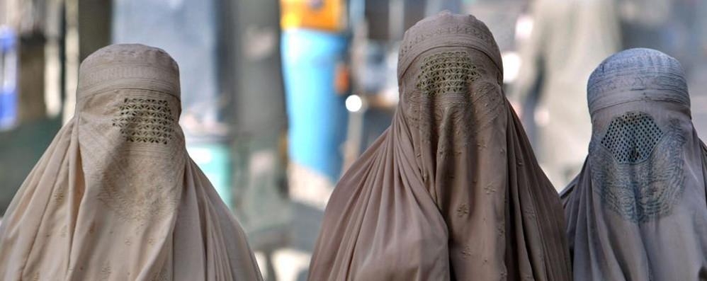Ticino, burqa vietato per legge.   Multe fino a 10.000 franchi. Il magnate algerino: «Le pago tutte io»