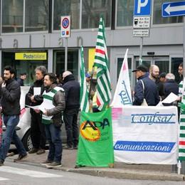 Sit-in di protesta  per salvare le Poste  Ma Lecco è assente