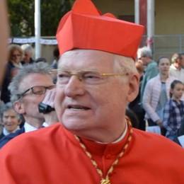 Una folla per la messa   dell'arcivescovo