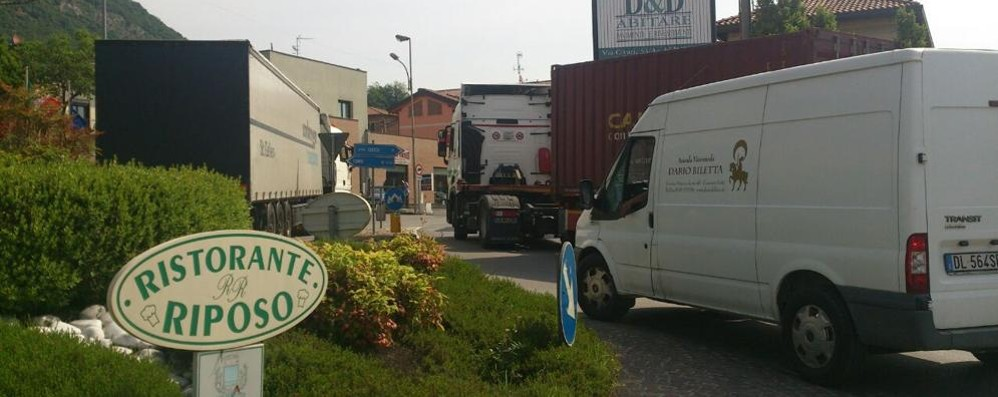 Motrice bloccata al rondò  Traffico in tilt a Cesana