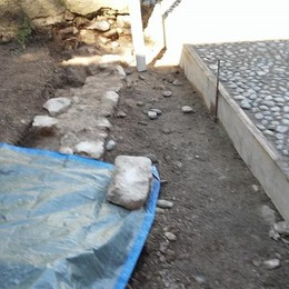 Abbadia, bloccati i lavori  Riaffiorano antichi reperti