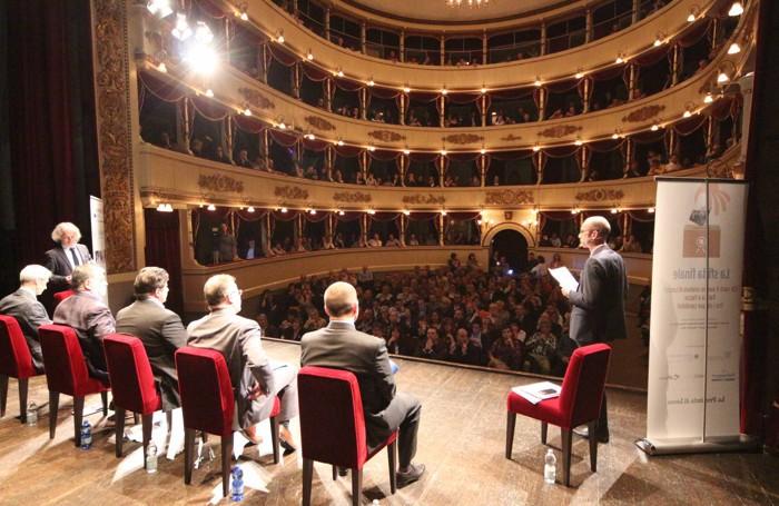 Teatro stracolmo per la sfida finale della campagna elettorale per il sindaco