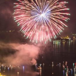 Festa del lago con i fuochi  Varenna fa il pienone