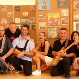 """A Parco Tittoni un cocktail musicale  Sul palco si """"vola"""" dai Tropici al blues"""