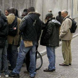 La mensa Caritas in tilt  Al posto dei senza tetto  ora mangiano i profughi