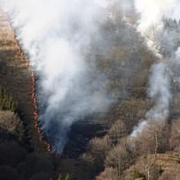 Magreglio, brucia il monte Poncive  Vento e secco alimentano le fiamme