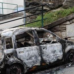 Grave atto di intimidazione a Dorio  Bruciata l'auto della vicesindaco
