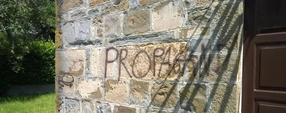 Raid dei vandali a Dolzago  Imbrattati chiesa e lavatoio