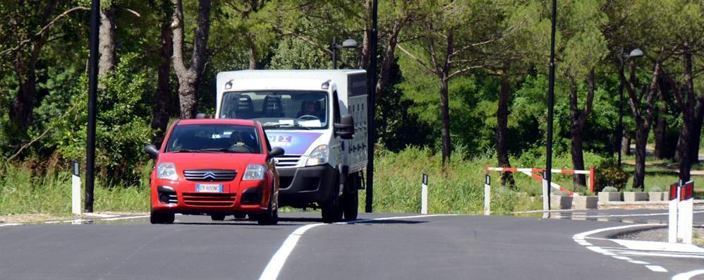 """Calolzio, centro vietato ai mezzi pesanti  Via i """"bisonti"""" in attesa della galleria"""