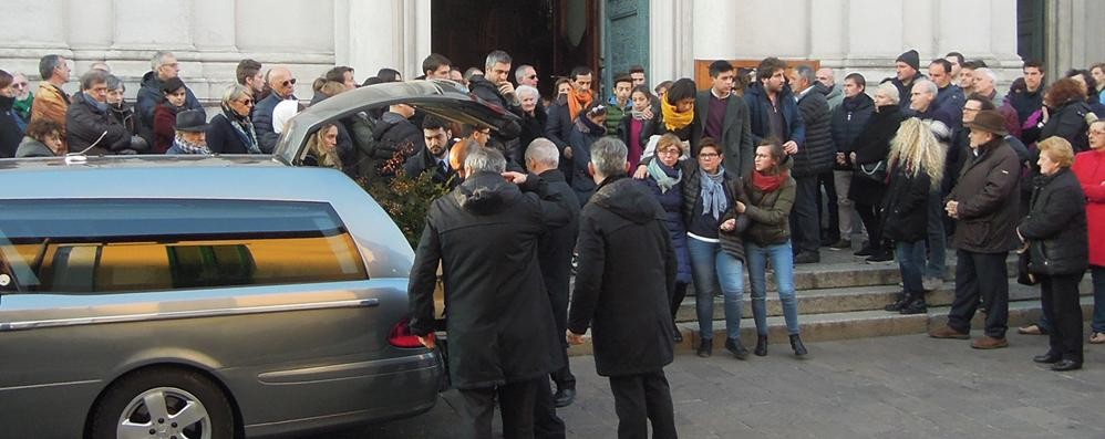 Mariano, folla all'addio di Cappellini  «Per Enrico preghiere e silenzio»
