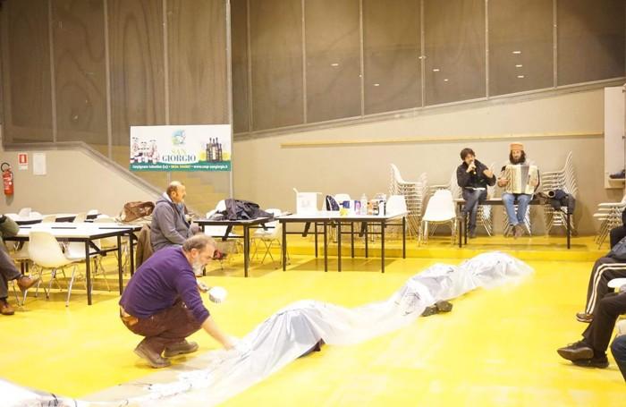 Due momenti della performance di Gaetano Orazio che ha dipinto su alcuni dei partecipanti