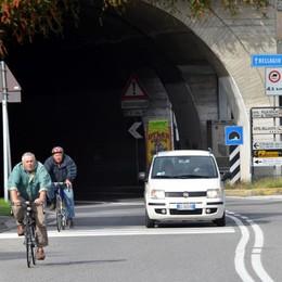 Niente biciclette e auto a 30 all'ora  Ma pochi rispettano i divieti di Parè