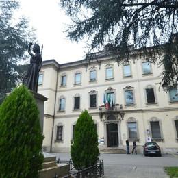 Il Comune chiede il conto a Enel Sole  «Lampioni spenti, ci deve 260mila euro»