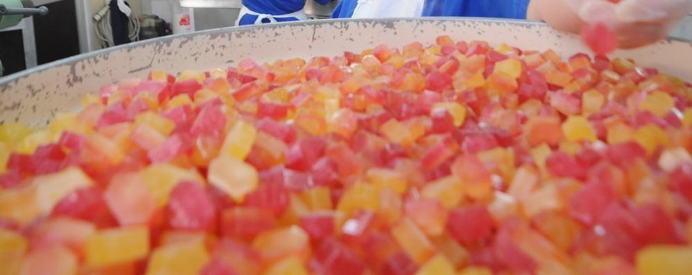 Ruba caramelle per i nipotini  I carabinieri saldano il conto