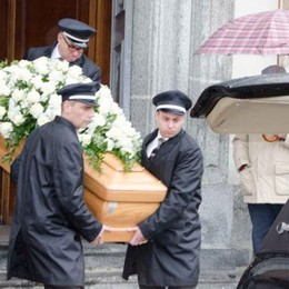 L'addio alla donna morta ustionata  Tutti senza parole davanti alla tragedia