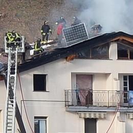 Le fiamme hanno divorato un tetto  Danni e paura in centro a Premana