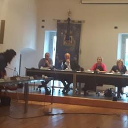 «L'ex sindaco paghi i danni»  Fuoco e fiamme in Consiglio