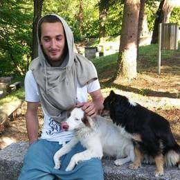 Christian, 25 anni, ha perso il lavoro  Vive nella sua auto, i vicini lo aiutano