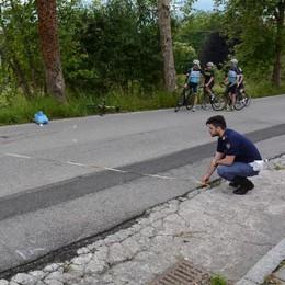 Buche pericolose, ciclista gravissimo  «Non abbiamo soldi per asfaltare»