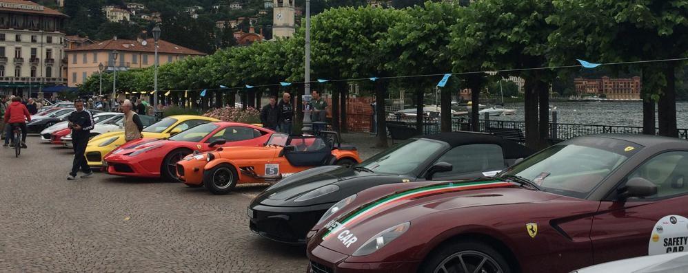 Il rombo dei bolidi attraversa Cernobbio  Passerella per 85 supercar sulla Riva