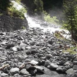 In Valmasino sbarrata la via per Predarossa. «L'allerta resta alta, quel versante si muove»