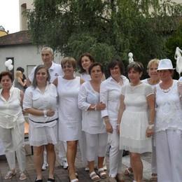 La cena in bianco affascina Valmadrera  Volontari e sport accendono la città