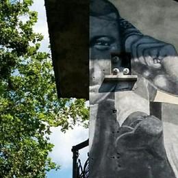 Metà bisnonno dipinto  sulla cabina dell'Enel  L'altra metà in Svizzera
