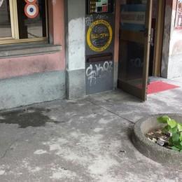 Lite al bar, gli taglia la gola con il bicchiere  Arrestato per tentato omicidio a Erba