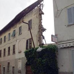 Crolla una casa in centro a Figino  Paura tra i residenti, strada chiusa