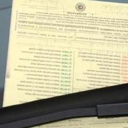 Finestrino dell'auto aperto  Arriva una multa da 41 euro