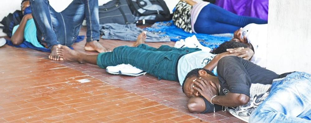 Como, sale il numero  dei migranti  accampati a San Giovanni   Ed è emergenza umanitaria