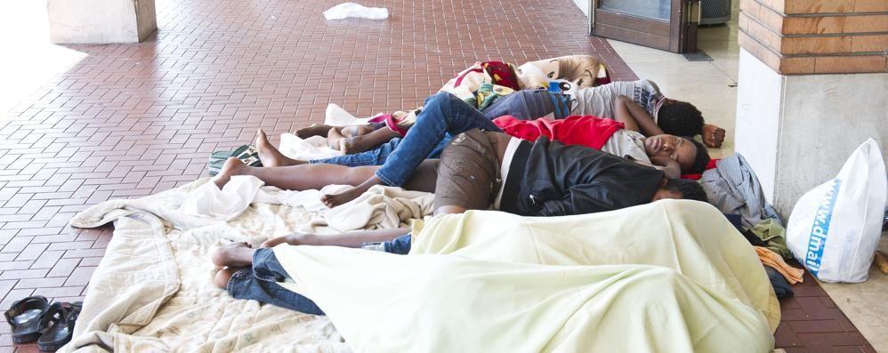 Maroni sui migranti in stazione  «Non sono profughi, vadano a casa»
