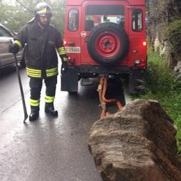Nesso, masso sulla Lariana   Intervengono i pompieri