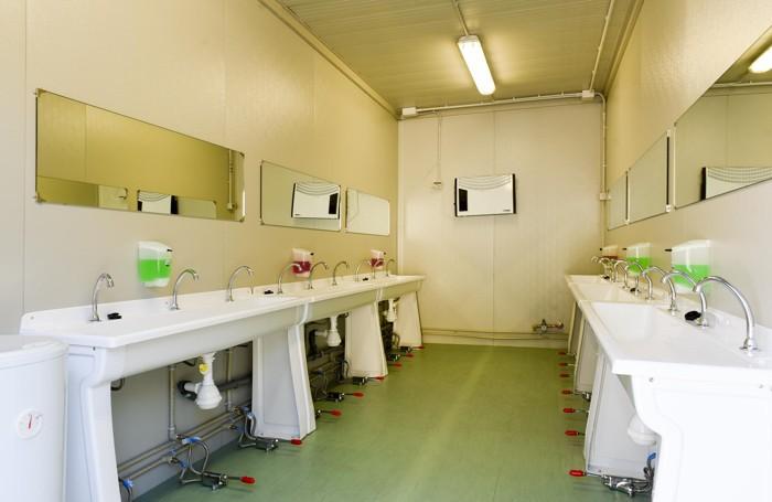 I servizi igienici allestiti all'interno di appositi container