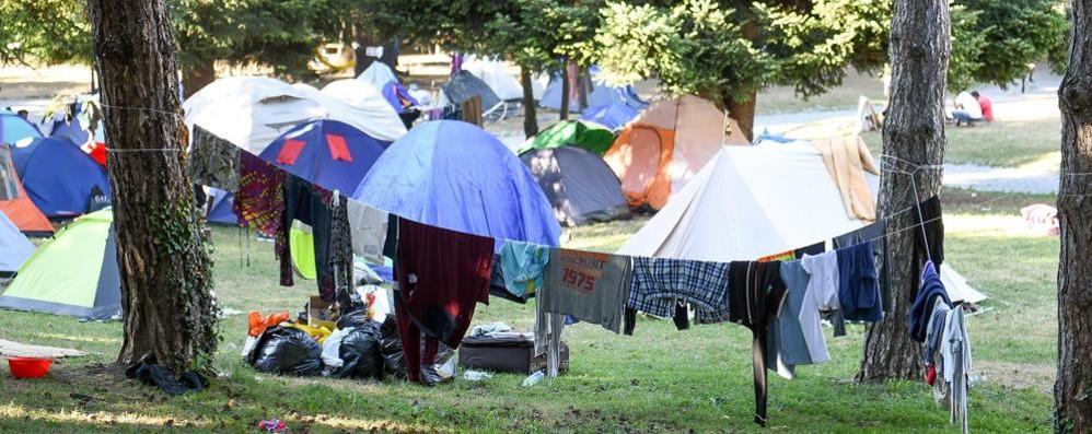 Migranti alla stazione  Alfano: «Via da Como»