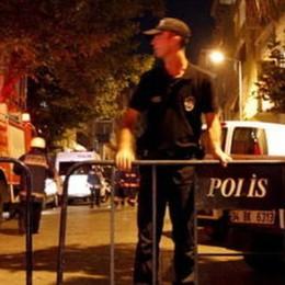Entra nel locale e spara   Strage a Istanbul: 39 morti