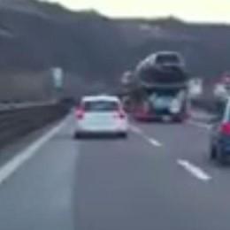 Semina panico in autostrada -Video   Ubriaco, con l'auto del nonno
