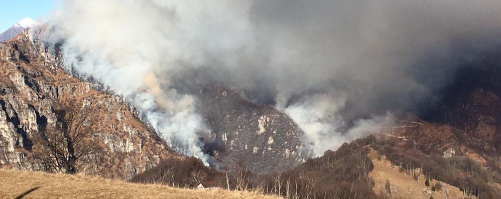 Morterone, brucia il Due Mani  Chiusa la provinciale 63