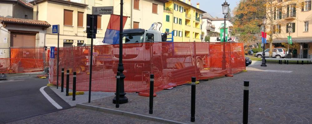 Oggiono, cantiere in piazza Garibaldi  «Via le barriere e percorso pedonale»