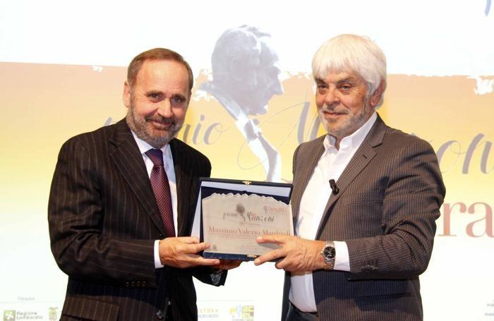Gioanni Priore, presidente di Acel Service, consegna il Premio Manzoni a Valerio Massimo Manfredi