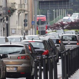 Lecco, tir in panne  Traffico nel caos