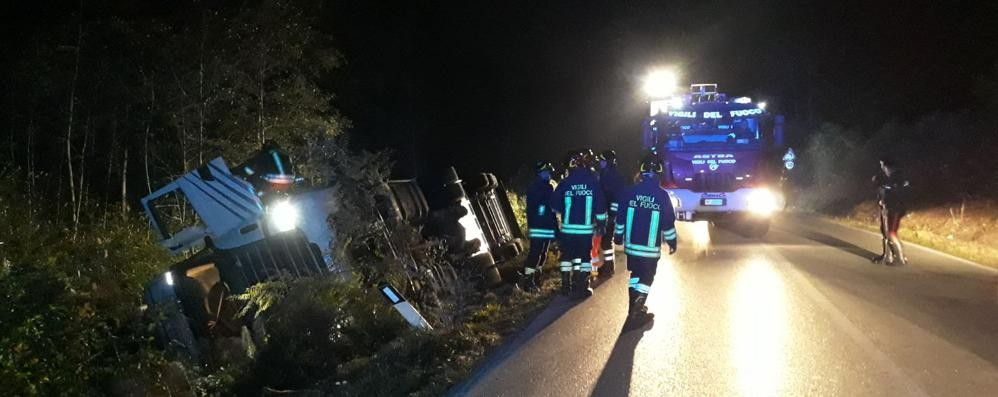 Un altro camion si ribalta fuori strada  Il traffico in tilt sulla Lecco Bergamo