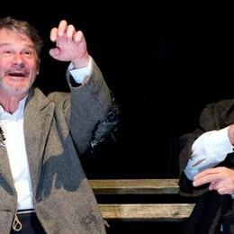 Lecco, sul palco Totò e Vicè  La panchina di due teneri clochard
