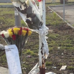 Morti in auto contro il camion  L'ultimo saluto ai tre ragazzi