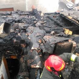 Incendio di notte a Premana  Brucia un tetto in centro paese